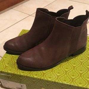 Gianni Bini purple leather booties